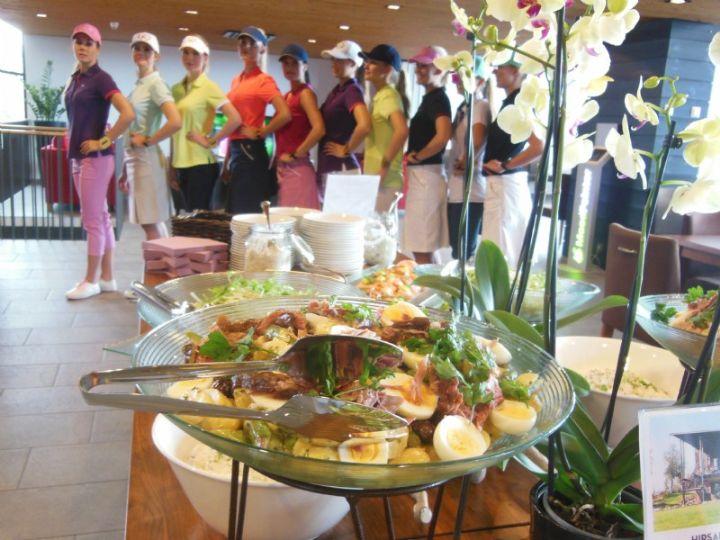 Vuoden 2014 Miss Suomi -finalistit nälkäisinä ennen lounaspöytään pääsyä.
