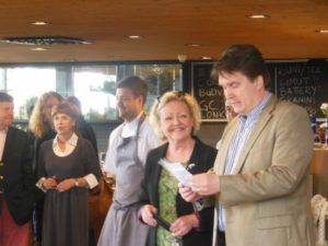Långvikin hotellijohtaja Kai Mattsson avasi Pepper&Steak-ravintolan Hirsalan klubitalolla.